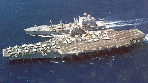 太平洋航行中のアメリカ海軍空母